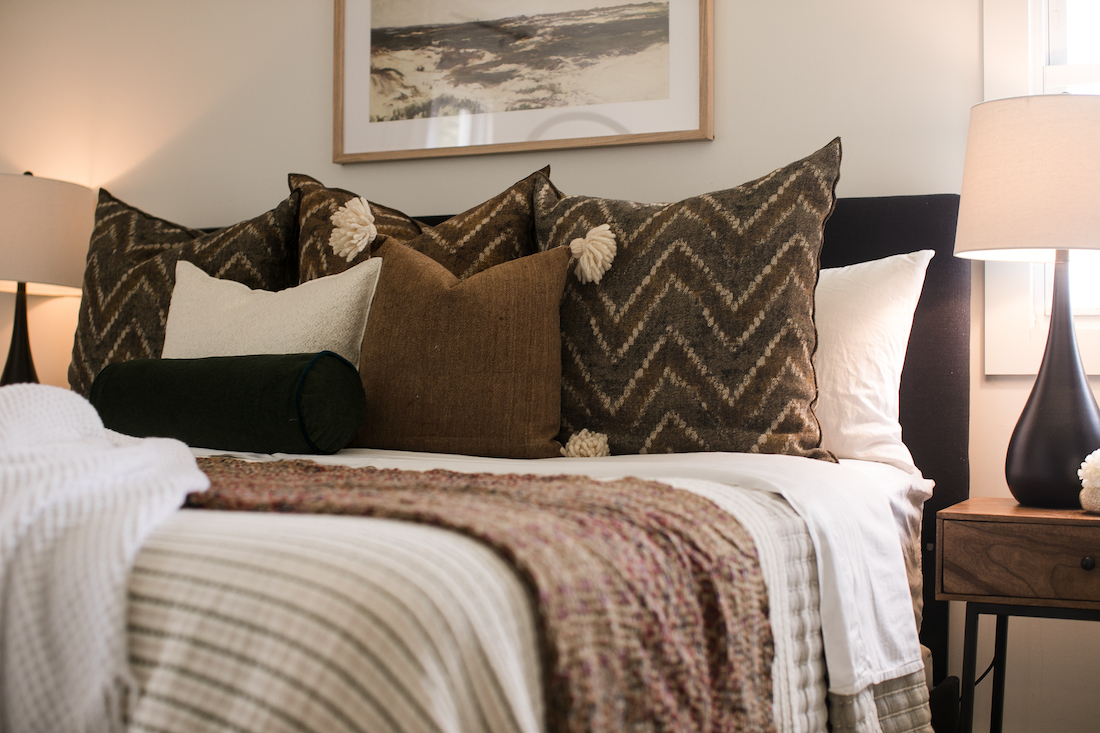 bed-accent-pillows-interior-design
