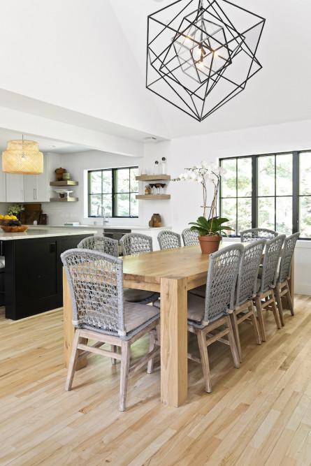dining-table-modern-chandelier-interior-design
