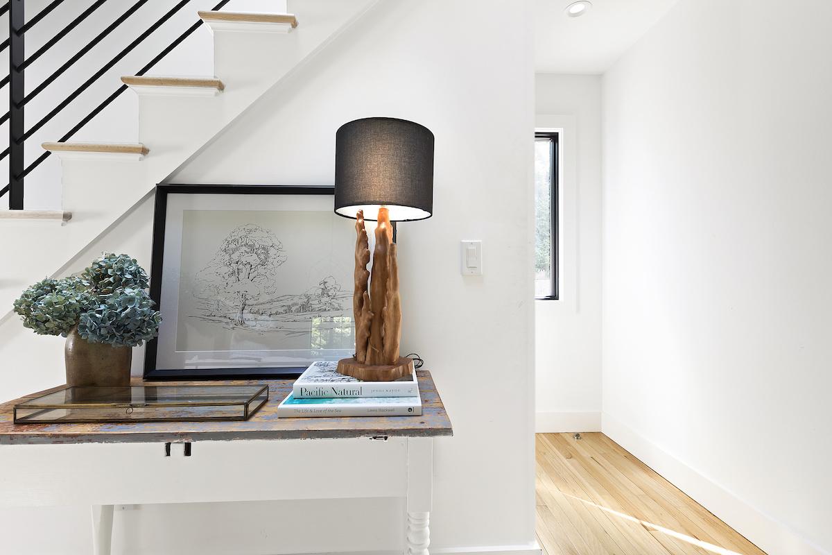entryway-hallway-sidetable-lamp-accessories